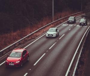 Foto von überholenden Autos