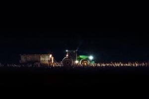 Bild von einem Traktor auf einem Feld